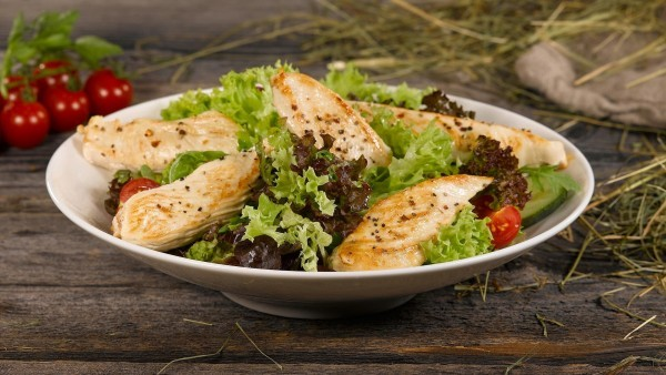 Gegrillte Filetstreifen auf buntem Salat